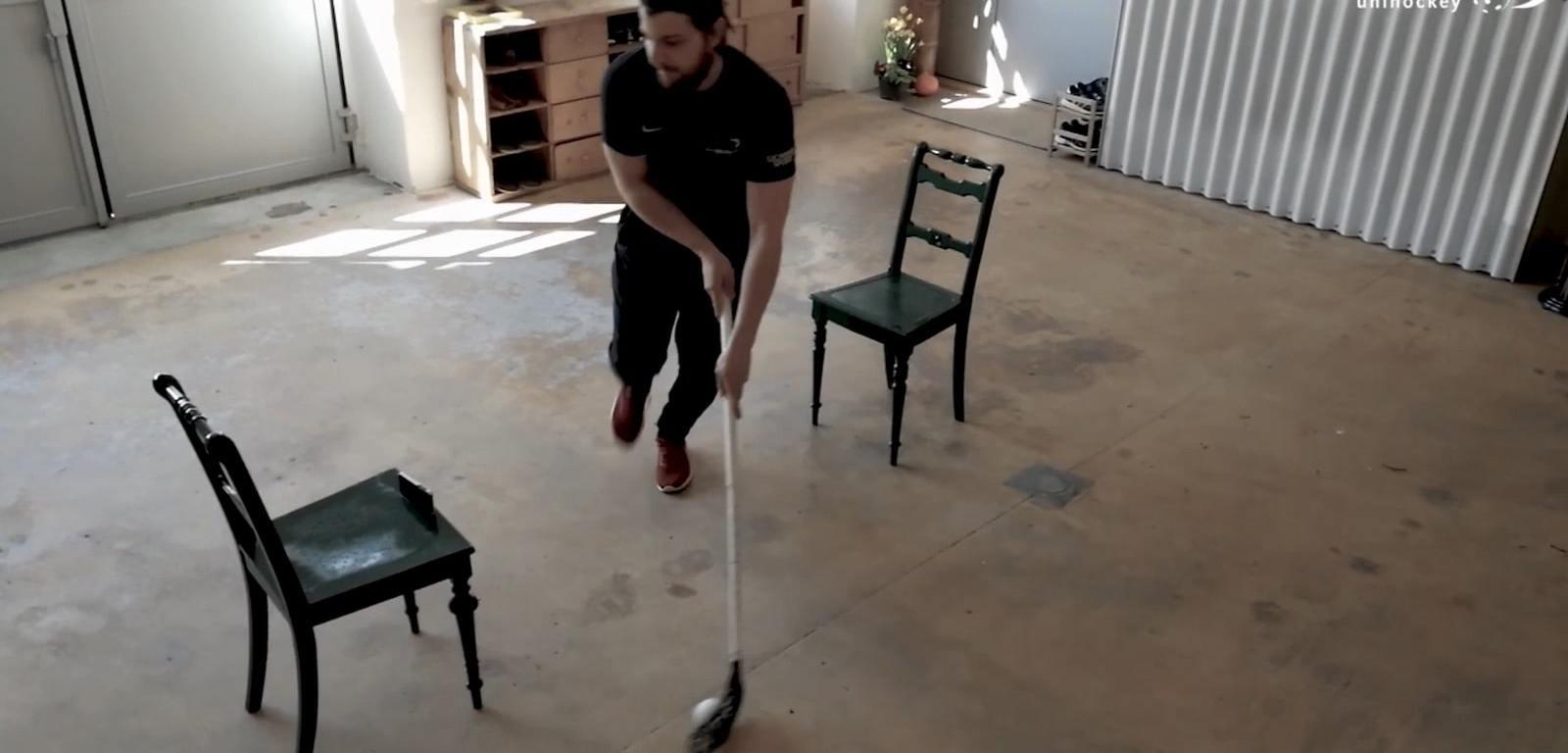 Skillstraining zu Hause: Screenshot aus den Tipps von swiss unihockey für das Stickhandling. Spieler: A-Nationalspieler Dan Hartmann, Coach: Oscar Ludin.